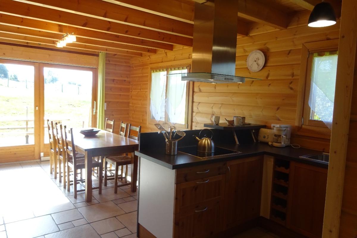 Chalet dans le Haut-Jura - Espace cuisine et séjour - Location de vacances - Saint-Pierre
