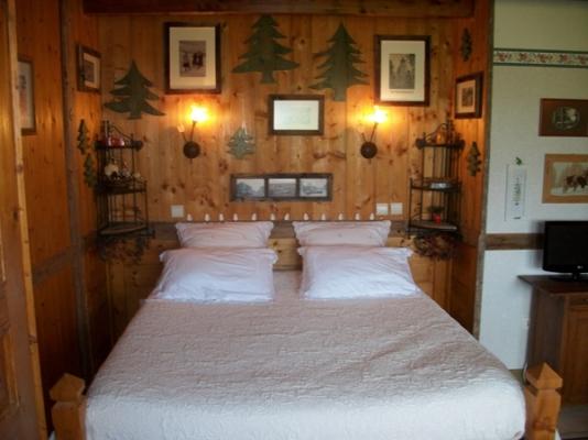 Les Andreys, dans le haut-jura , le grand lit - Chambre d'hôtes - Saint-Pierre