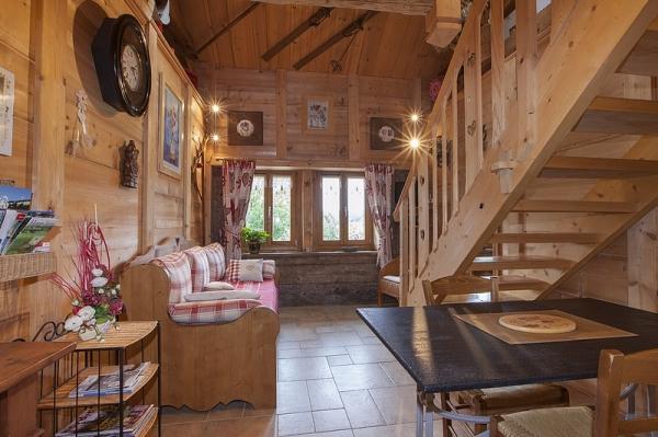 Les Andreys, chambre le fenaud, le salon en vieux bois - Chambre d'hôtes - Saint-Pierre