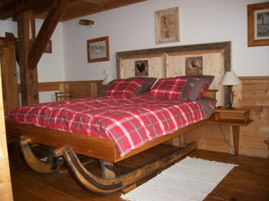 Les andreys, chambre Le Fenaud le grand lit sur l' ancien traîneau - Chambre d'hôtes - Saint-Pierre