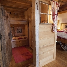 Les Andreys, chambre Le Fenaud la vieille porte de grenier-dort de la petite chambre - Chambre d'hôtes - Saint-Pierre