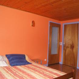 Chambre N°1 côté cour - Location de vacances - Saint-Germain-en-Montagne