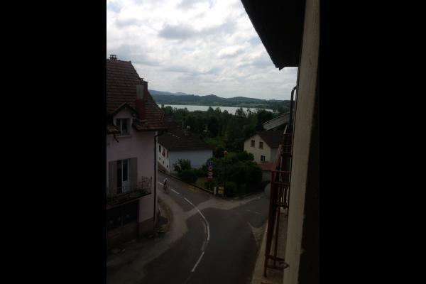 a 200 m du lac et de la plage vue prise depuis le salon - Location de vacances - Clairvaux-les-Lacs