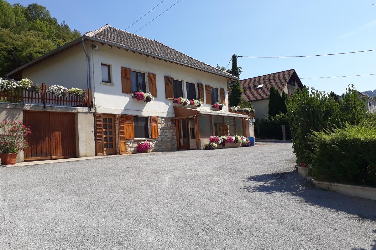 La cuisine moderne, ouverte sur la véranda - Location de vacances - Salins-les-Bains