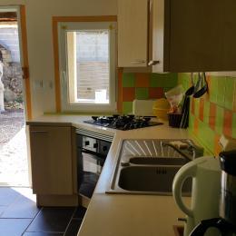 cuisine donnant sur la terrasse privative - Location de vacances - La Vieille-Loye