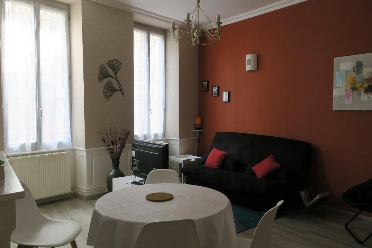 coin salon (TV) + canapé clic-clac en arrière plan  - Location de vacances - Salins-les-Bains