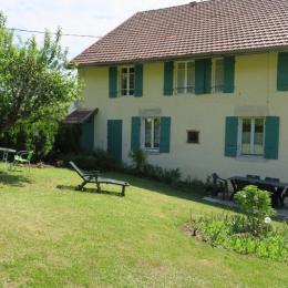 Vue de la maison depuis le jardin - Location de vacances - Chaux-des-Crotenay