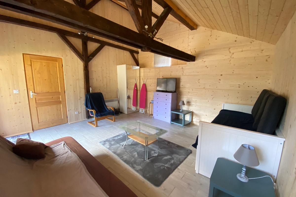 Le salon du gîte avec banquette-lit (2x80x200, soit 160x200). - Location de vacances - Longchaumois