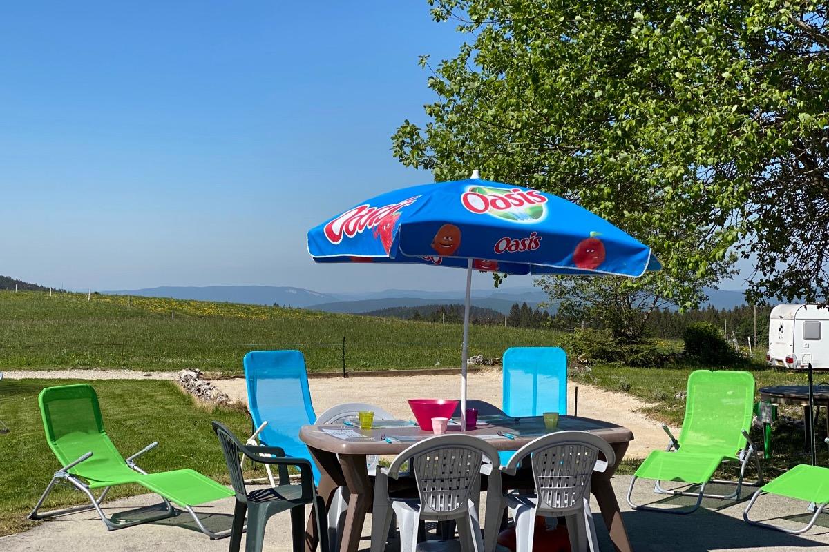 La terrasse arrière, vue sur les Monts du Lyonnais. - Location de vacances - Longchaumois