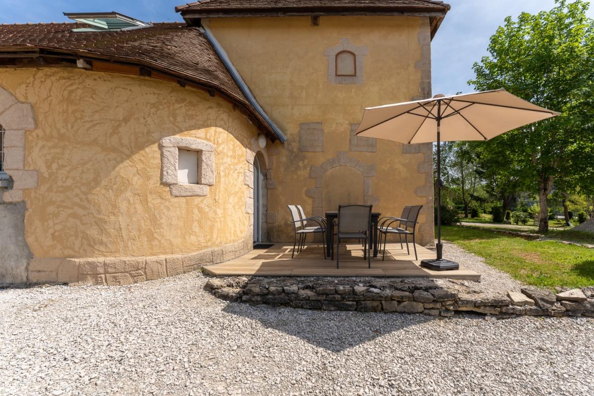 Entrée par terrasse, équipée d'un salon de jardin - Location de vacances - La Châtelaine