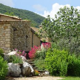 L'amandier et le jardin - Location de vacances - La Rochegiron