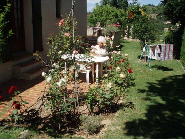 Jardin et terrasse devant le studio - Location de vacances - Gréoux-les-Bains