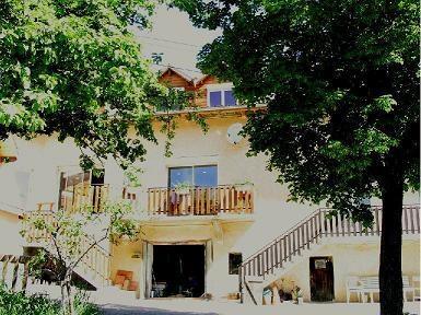 vue de la location: la cour; l'entrée - Location de vacances - Selonnet