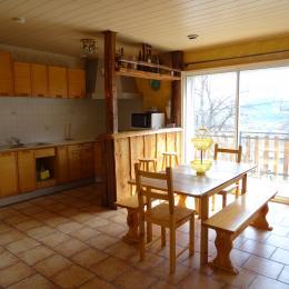 Cuisine équipée, séjour, accès direct balcon, baie à galandage - Location de vacances - Selonnet