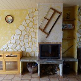 Le salon avec la cheminée - Location de vacances - Selonnet