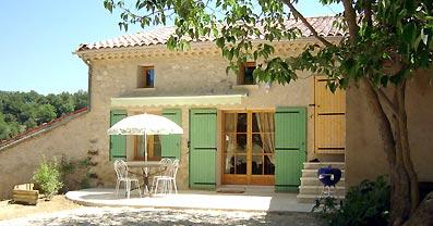 Vue extérieure de la location avec sa terrasse - Location de vacances - Forcalquier