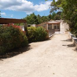 Jardin, et auvent à voitures - Location de vacances - Esparron-de-Verdon