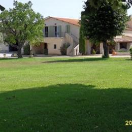 Vue extérieure location et domaine - Location de vacances - Manosque