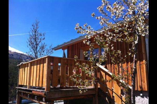 Vue de la location avec la terrasse - Location de vacances - Jausiers