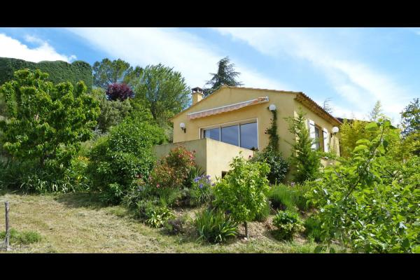 Vue du gîte les Lavandins, sa terrasse privée et le jardin - Location de vacances - Valensole