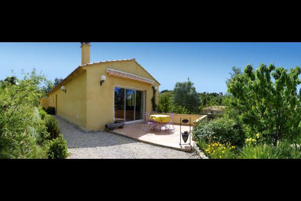 Vue du gîte les Lavandins, sa terrasse et le jardin  - Location de vacances - Valensole