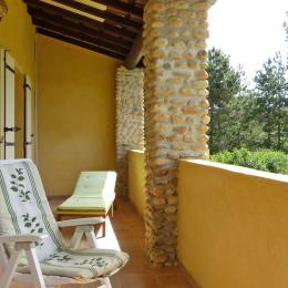 La terrasse couverte, les transats, accès direct par les deux chambres - Location de vacances - Valensole