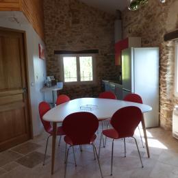 Séjour, cuisine américaine, vue jardin et côté piscine - Location de vacances - Saint-Étienne-les-Orgues