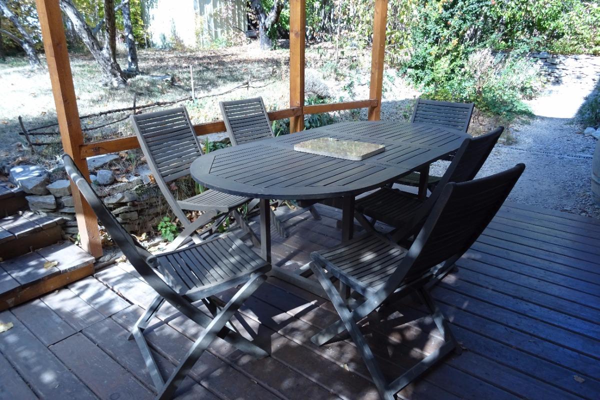 Appartement les Baumelles rdc maison Digne les Bains- salon de jardin, vue jardin des propriétaires - Location de vacances - Digne-les-Bains