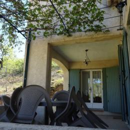 Les Lavandins, la  terrasse couverte  jardin Vachères - Location de vacances - Vachères
