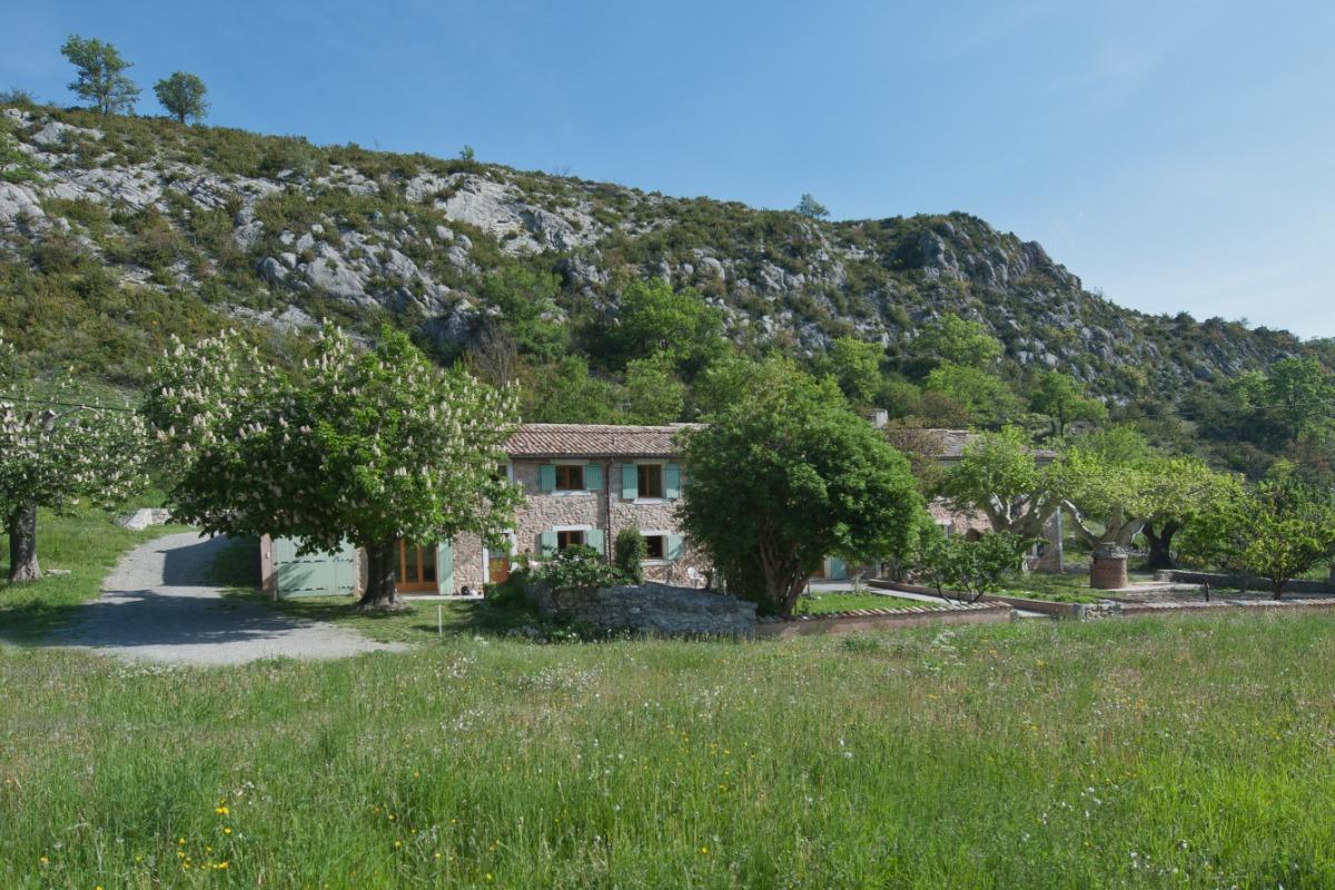L'ensemble vu de plus haut, dans son environnement campagnard.  - Location de vacances - Sisteron