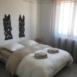 Chambre (couchage en 140) - Location de vacances - Volonne