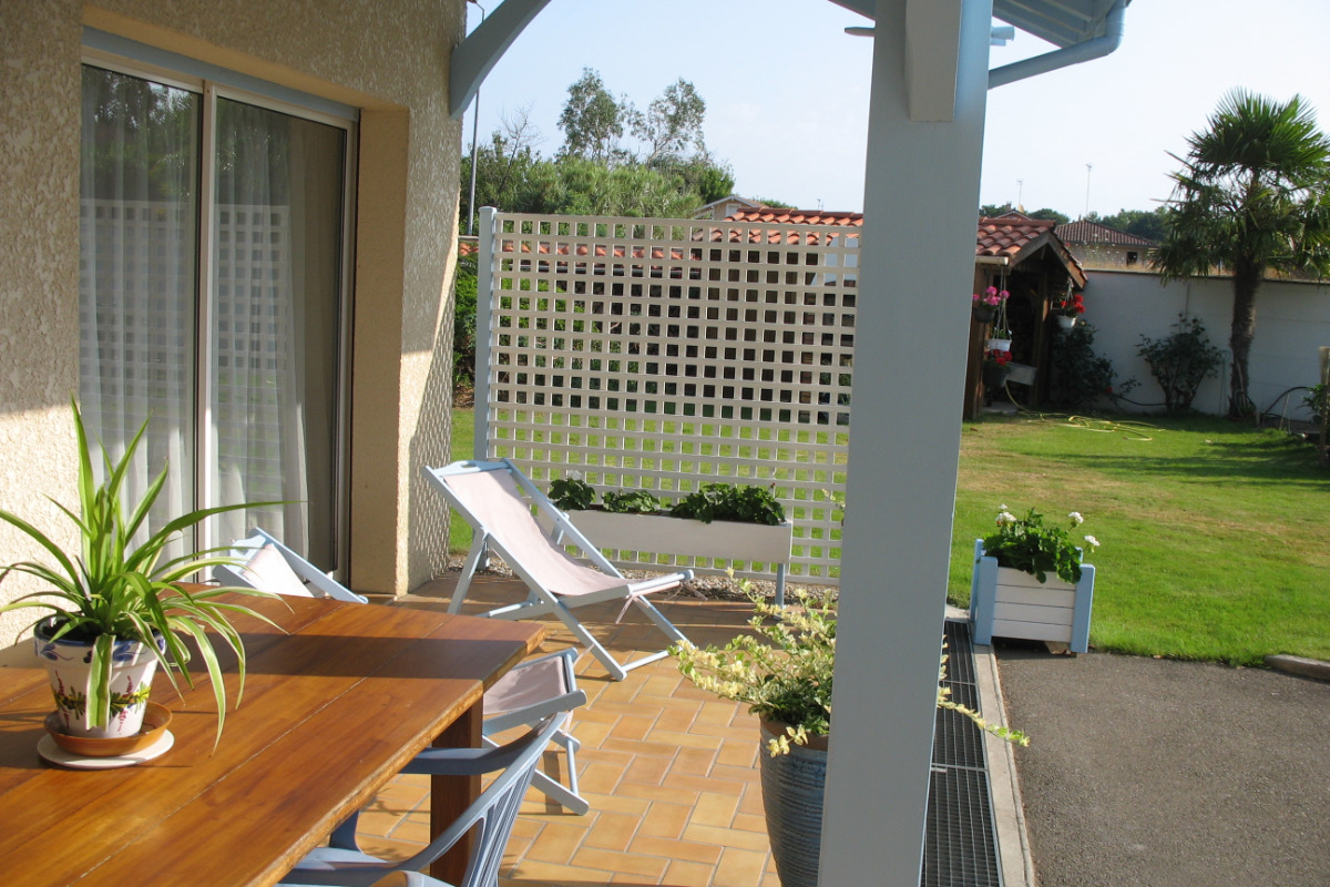 De table terrasse vue vers jardin - Location de vacances - Saubion