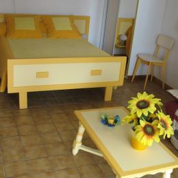 Chambre 1 et coin salon  - Location de vacances - Saubion