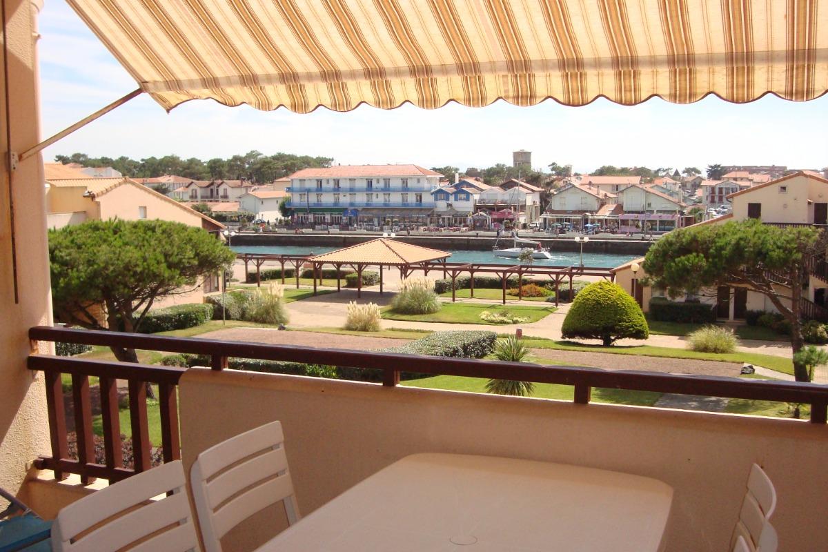 la terrasse plein sud avec vue sur le jardin et l'entrée du port - Location de vacances - Capbreton