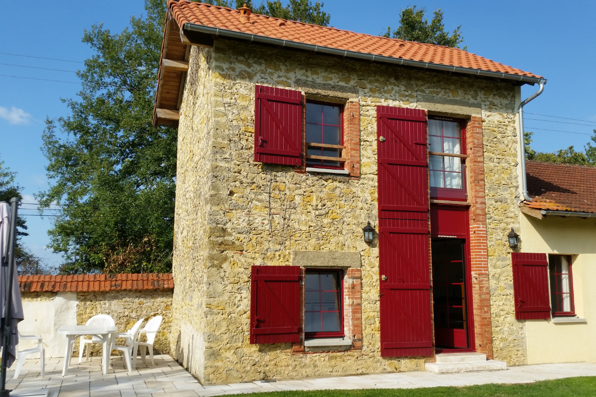 La façade et la terrasse - Location de vacances - Geaune