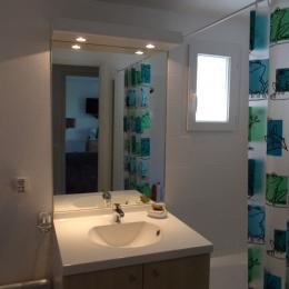 Salle de bains avec baignoire - Location de vacances - Ondres
