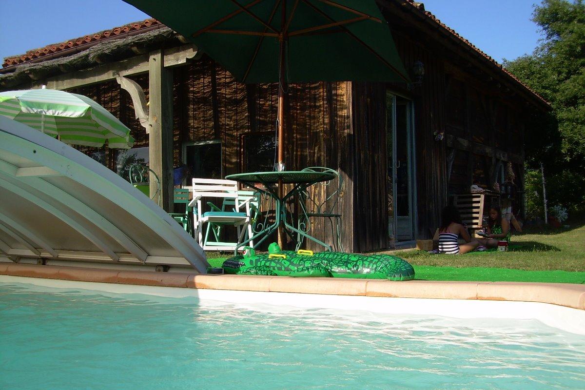 Piscine située à côté de l'atelier de la propriétaire - Location de vacances - Sabres