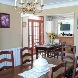 Vue depuis le séjour sur la salle à manger, et la cuisine au fond - Location de vacances - Tarnos