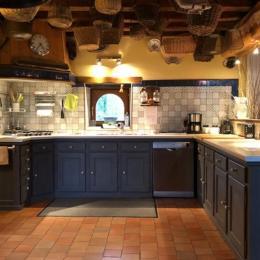 Très grande cuisine américaine avec arrière cuisine - Location de vacances - Contres