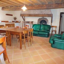 La pièce de vie des Chambres d'hôtes au Domaine de la Loge - elle inclue une petite cuisine et une tisanerie - Chambre d'hôtes - Montverdun