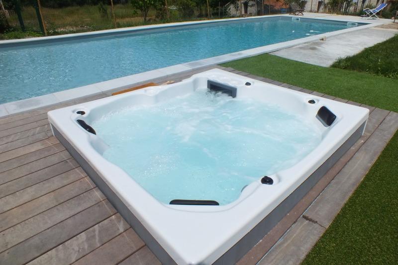 Le spa 5 places est disponible sur réservation (à partir de 20€)  - Chambre d'hôtes - Montverdun