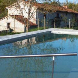 Une grande piscine (16m x 5m), accessible en fauteuil, avec petit bain sur 1/3 du bassin, au sel - Chambre d'hôtes - Montverdun