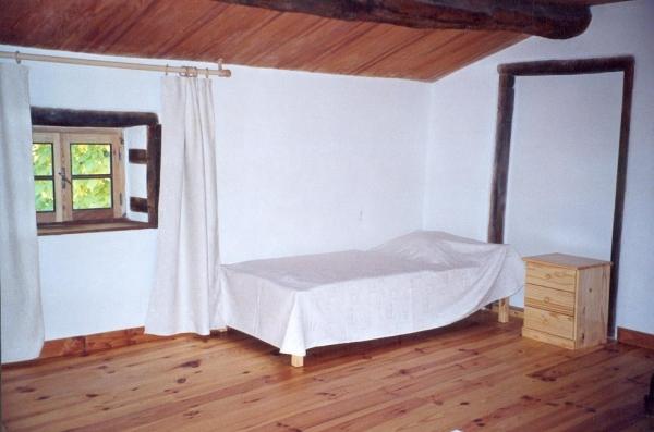 Chambre Daphnis au Domaine de la loge - Coté lit 90 - Chambre d'hôtes - Montverdun