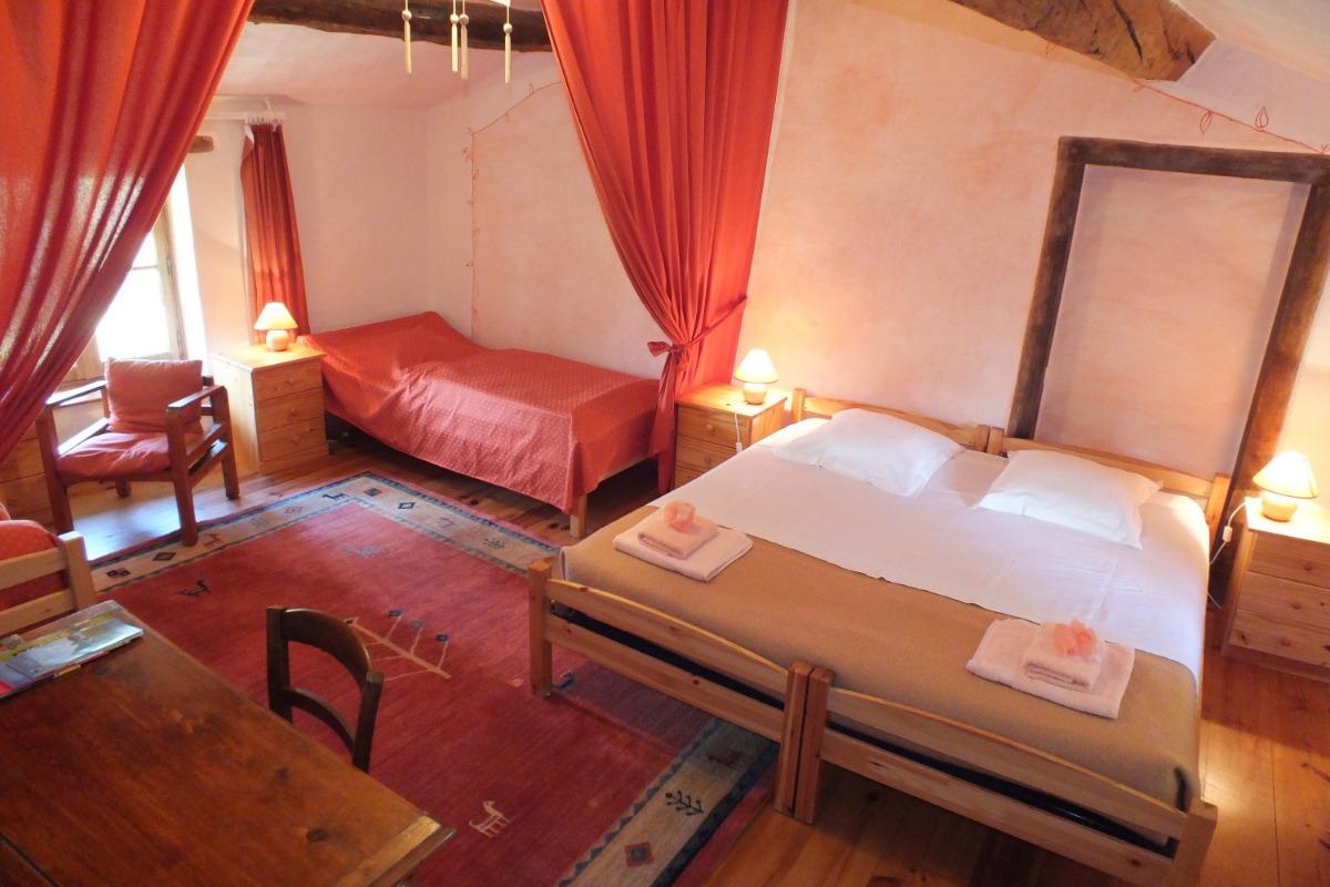 La Chambre Amarante au Domaine de la Loge - 1 lit 180, 1 lit 90 et un coin salon - Chambre d'hôtes - Montverdun
