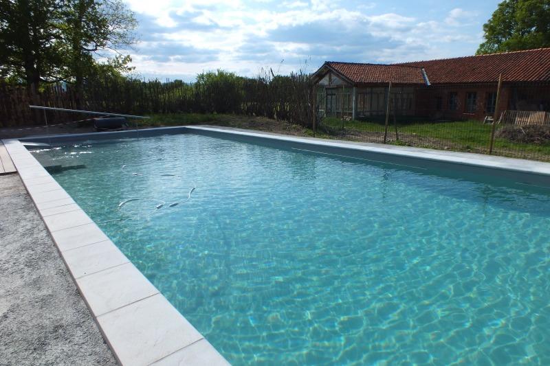 16 m de long, ça permet de nager vraiment. Mais on peut aussi barboter dans le petit bain dont la profondeur est de 60 cm.  - Chambre d'hôtes - Montverdun