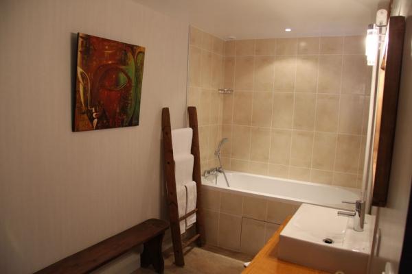 Le Rézinet - Salle d'eau Chambre Amasis - Chambre d'hôtes - Marcilly-le-Châtel