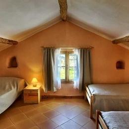 La Chambre Abricot du Gîte rural du Domaine de la Loge - 3 lits simples - accessible en fauteuil - Photo Philippe Jalin - Location de vacances - Montverdun