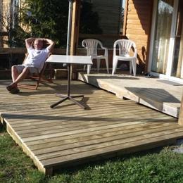 Qu'il fait bon se détendre sur la terrasse du chalet ! - Location de vacances - Yssingeaux