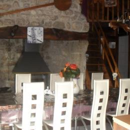 la pièce de vie avec sa grande cheminée en granit - Location de vacances - Grèzes
