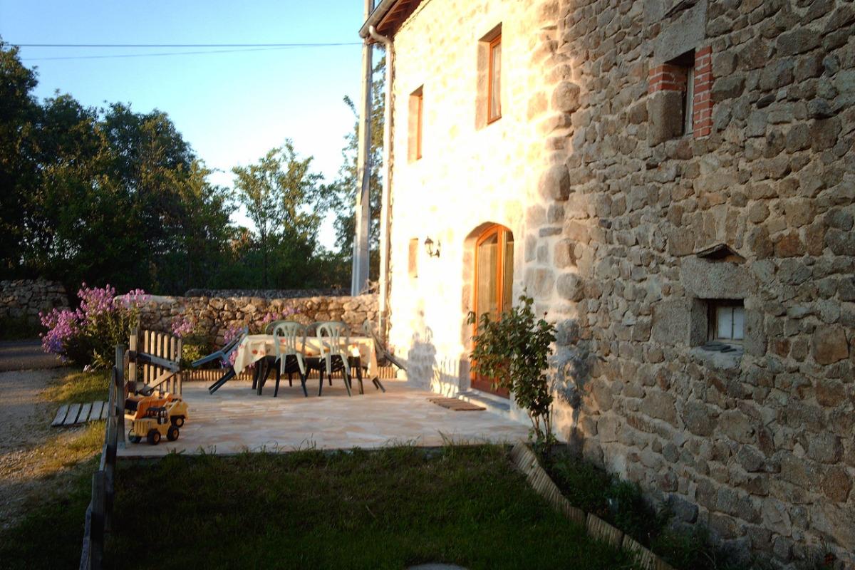 Terrasse et cour fermée - Location de vacances - Saint-Maurice-de-Lignon
